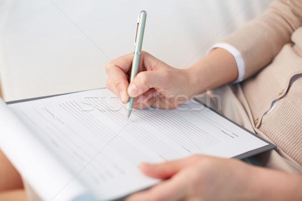 Nadzienie formularza kobiet doradca piśmie w dół Zdjęcia stock © pressmaster