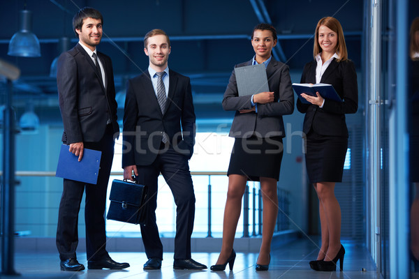 Grupo amistoso trajes pie Foto stock © pressmaster