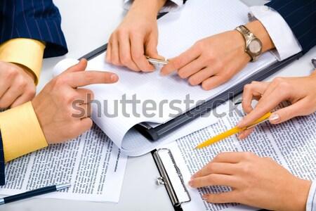Teamwerk afbeelding zakenlieden business papier hand Stockfoto © pressmaster