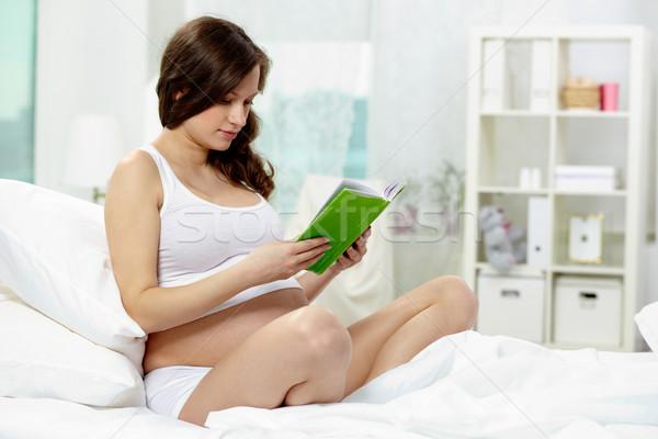 Foto d'archivio: Lettura · letto · foto · bella · donna · incinta · libro