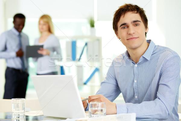 Masculino líder imagem laptop olhando câmera Foto stock © pressmaster