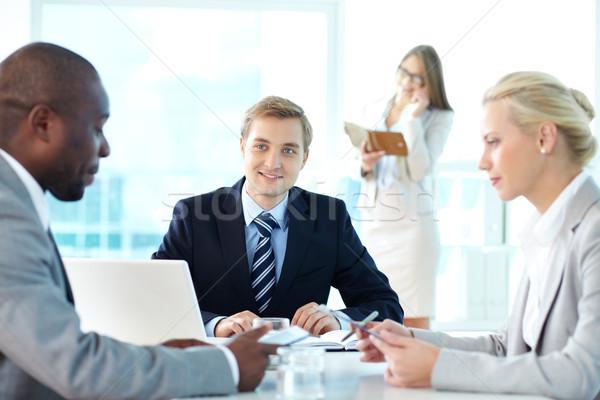 Interacción retrato jefe escuchar socios reunión Foto stock © pressmaster