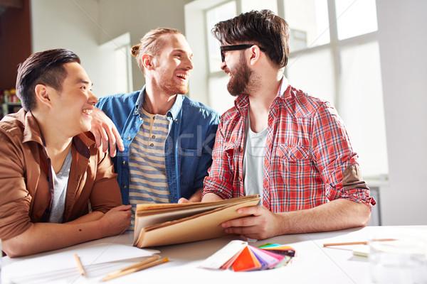 Vriendelijk bedrijf glimlachend jongens bespreken ideeën Stockfoto © pressmaster