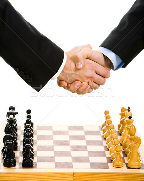 Foto stock: Jugando · ajedrez · imagen · tablero · de · ajedrez · negocios · apretón · de · manos