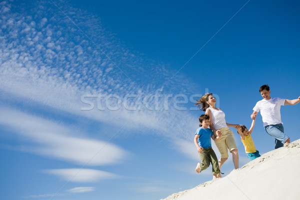 Courir photo heureux parents mains rive Photo stock © pressmaster