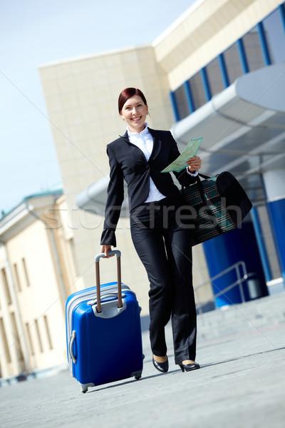 Podróżnik obraz kobieta interesu garnitur spaceru bagaż Zdjęcia stock © pressmaster