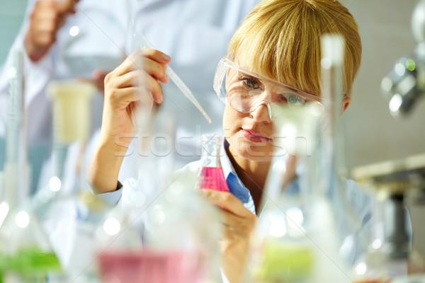 Pesquisa retrato sorridente químico trabalhando medicina Foto stock © pressmaster