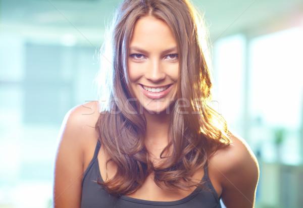 Encanto jovem bela mulher olhando câmera sorrir Foto stock © pressmaster