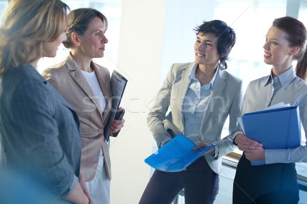 Jó hangulat irodai emberek megbeszél üzlet csoport női Stock fotó © pressmaster