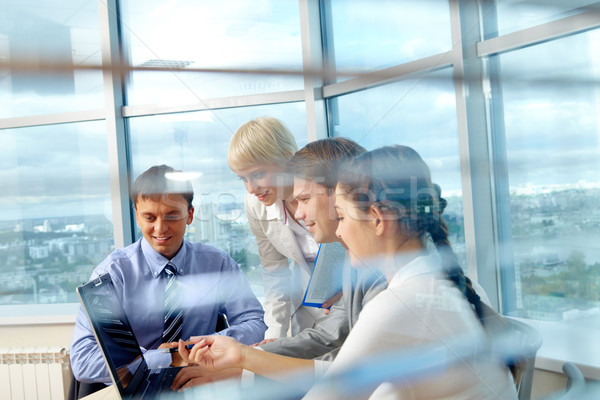 Irodai munka portré néhány kollégák néz laptop Stock fotó © pressmaster