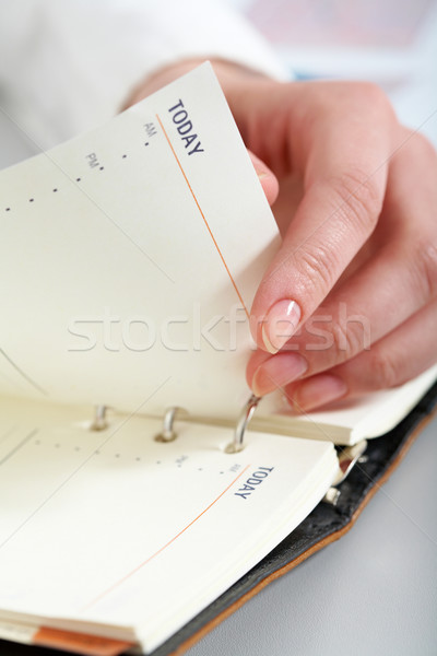 Aujourd'hui Homme main page notepad Photo stock © pressmaster