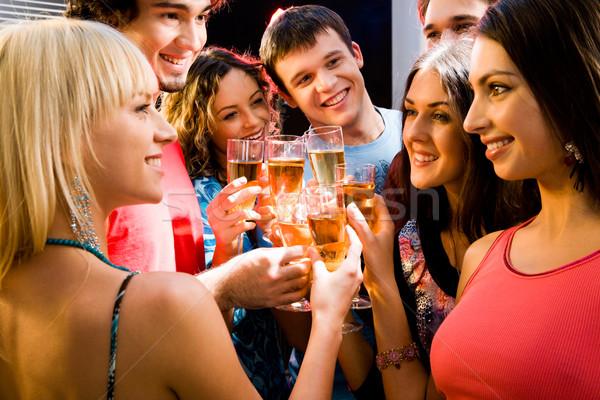 Brindis retrato feliz jóvenes amigos tocar Foto stock © pressmaster