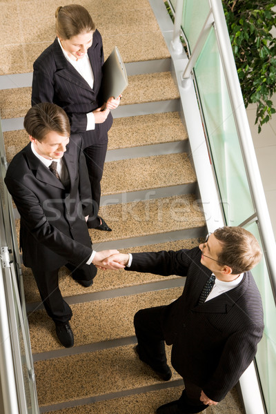 Accueil vue handshake escaliers immeuble de bureaux Photo stock © pressmaster