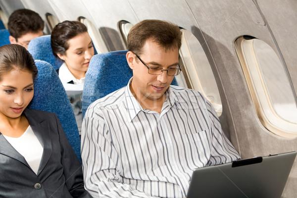 Werken vliegtuig foto mooie vrouw knappe man typen Stockfoto © pressmaster