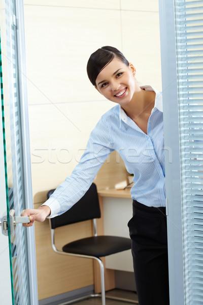 Welkom afbeelding jonge mooie secretaris opening Stockfoto © pressmaster