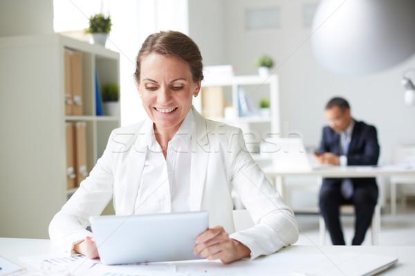 Geschäftsfrau Touchpad Bild glücklich Sitzung Arbeitsplatz Stock foto © pressmaster