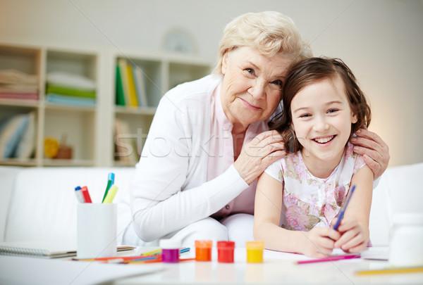 Genegenheid portret gelukkig meisje grootmoeder naar camera Stockfoto © pressmaster