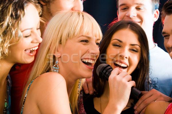 Portret trzy młodych atrakcyjny kobiet śpiewu Zdjęcia stock © pressmaster