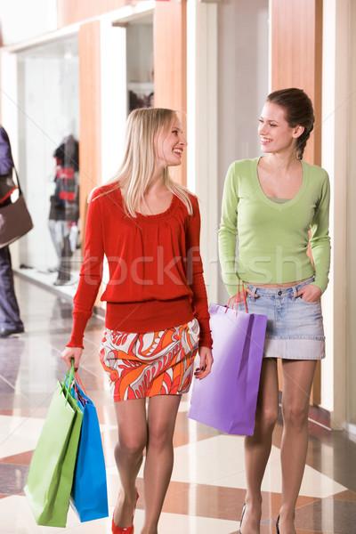 Fotografia szczęśliwy dziewcząt spaceru w dół Zdjęcia stock © pressmaster