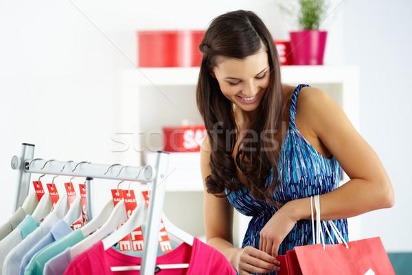 Winkelen plezier portret gelukkig vrouw naar Stockfoto © pressmaster