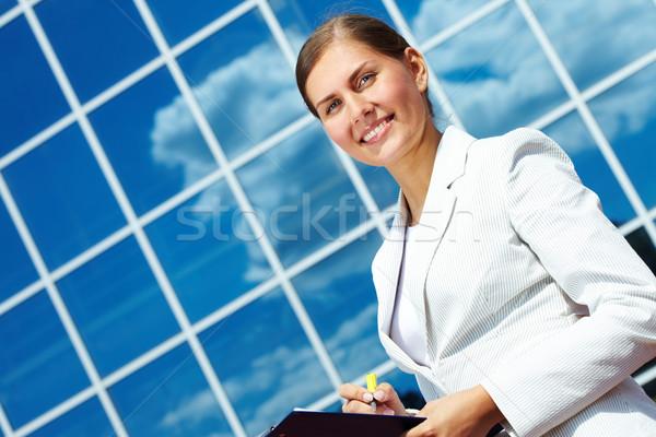 Secretario imagen bastante mujer de negocios portapapeles moderno edificio Foto stock © pressmaster