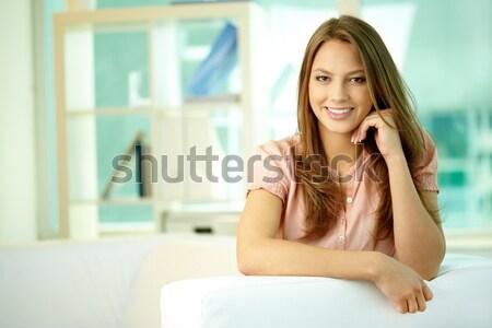 Piękna młodych piękna kobieta patrząc kamery uśmiech Zdjęcia stock © pressmaster