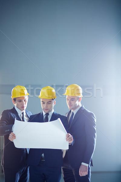 Indústria da construção imagem três construção trabalhadores Foto stock © pressmaster