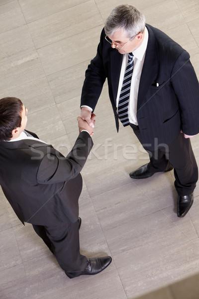 Collaboration au-dessus vue deux gestionnaires serrer la main Photo stock © pressmaster