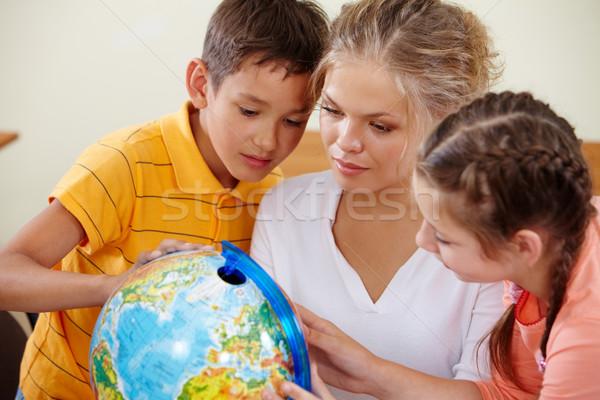 Studeren aardrijkskunde portret cute klasgenoten leraar Stockfoto © pressmaster