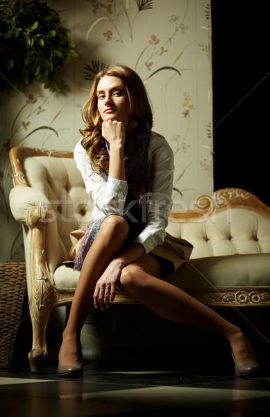 Szykowny dziewczyna obraz elegancki posiedzenia retro Zdjęcia stock © pressmaster