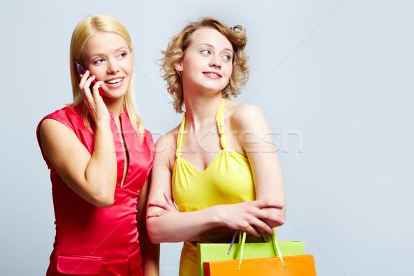 Elegáns vásárlók káprázatos hölgyek néz valami Stock fotó © pressmaster