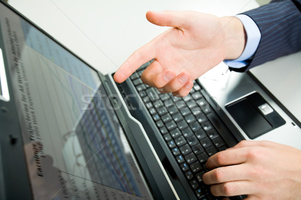 Stock fotó: Mutat · képernyő · fölött · szög · férfi · kéz