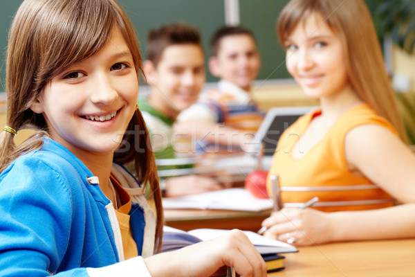 Csinos lány diák néz kamera boldog Stock fotó © pressmaster