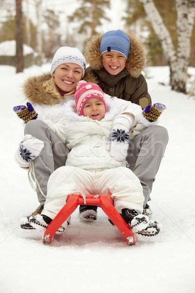 Rodziny sanki szczęśliwy dzieci matka posiedzenia Zdjęcia stock © pressmaster