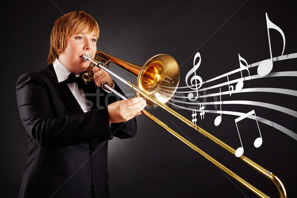 Muzikant portret jonge vrouwelijke spelen muziek Stockfoto © pressmaster