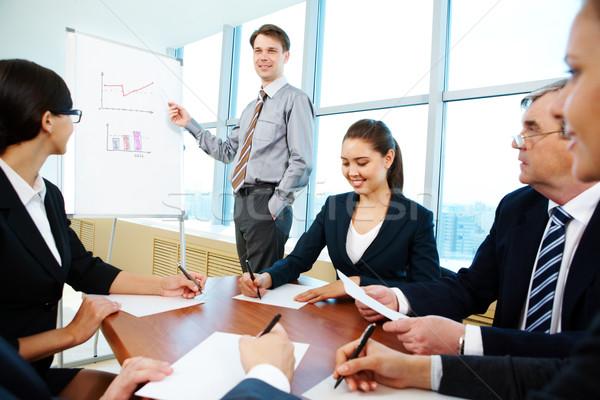 Wykład Fotografia udany biznesmen czytania koledzy Zdjęcia stock © pressmaster