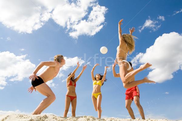 Jugando pelota foto cinco amigos arena Foto stock © pressmaster