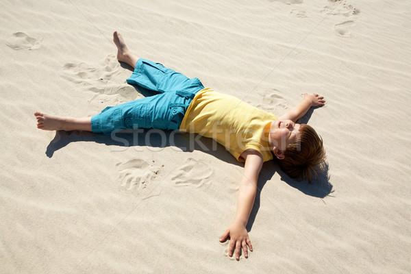 Pihen fiú fölött kilátás vidám fiú homok Stock fotó © pressmaster