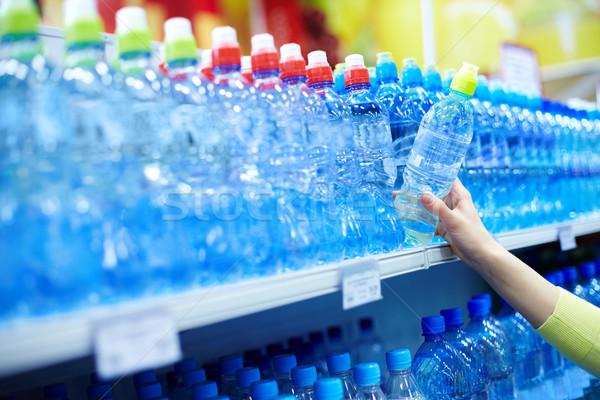 Agua mineral primer plano femenino buena tienda Foto stock © pressmaster