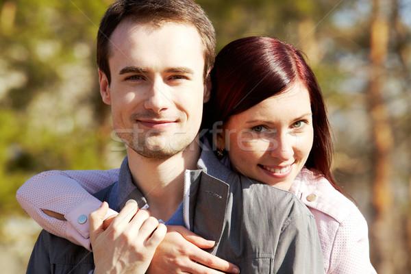 Bonding feliz casal olhando câmera Foto stock © pressmaster