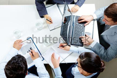 Trabalho em equipe imagem pessoas de negócios trabalhando documentos datilografia Foto stock © pressmaster