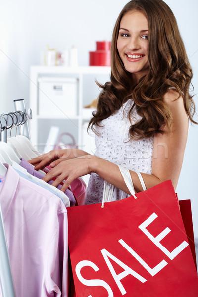 Escolher barato coisas retrato feliz mulher Foto stock © pressmaster