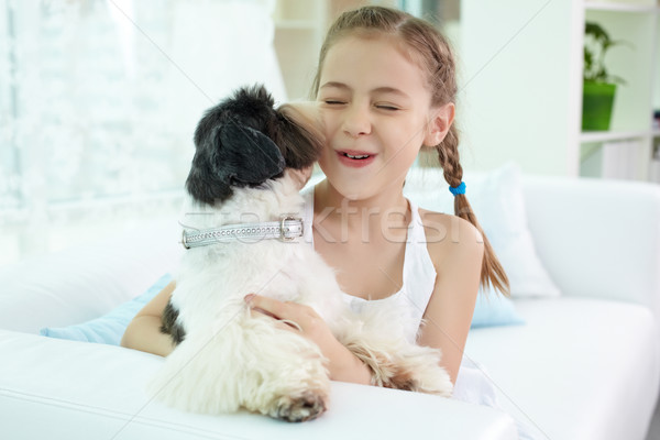 Spelen hond portret gelukkig meisje spelen home Stockfoto © pressmaster