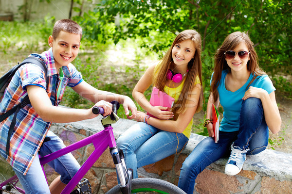 Lányok motoros fickó bicikli tömés vmi mellett Stock fotó © pressmaster