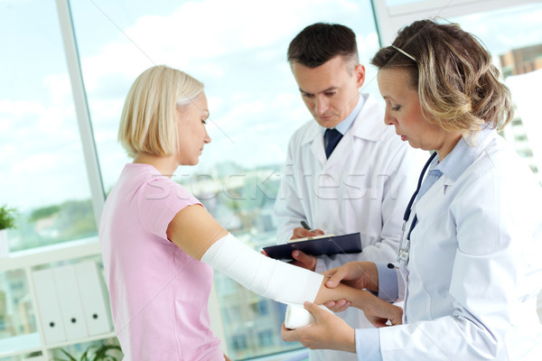 Tratamento paciente retrato feminino médico primeiro socorro Foto stock © pressmaster
