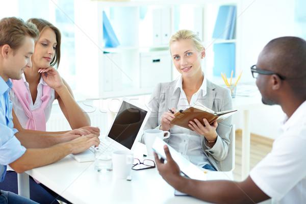 Együtt dolgozni fiatal üzleti csapat iroda nő megbeszélés Stock fotó © pressmaster