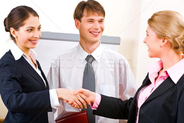 Foto stock: Reunião · de · negócios · retrato · dois · bem · sucedido · empresárias · aperto · de · mãos