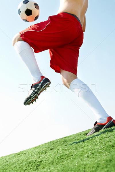 Bal horizontaal afbeelding voetbal voetballer blauwe hemel Stockfoto © pressmaster