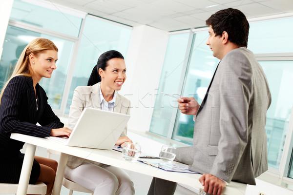 Stock fotó: Osztás · ötletek · három · üzletemberek · megbeszél · munkahely