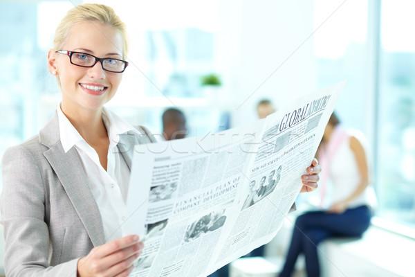 Una buena noticia retrato feliz femenino periódico mirando Foto stock © pressmaster